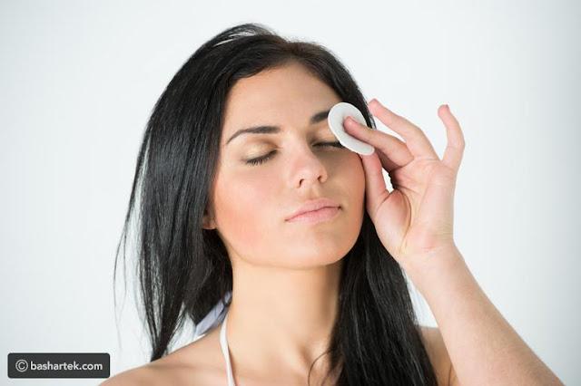 أضرار النوم دون إزالة المكياج على بشرتك