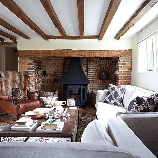 Bright White Fireplace Contemporary Living Room: ESTILO RUSTICO: CASAS DE CAMPO RUSTICAS