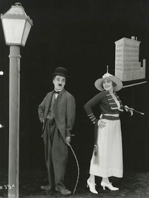 """Чарли Чаплин и Эдна Первайэнс в фильме """"Облигация"""" (The Bond) (1918)"""