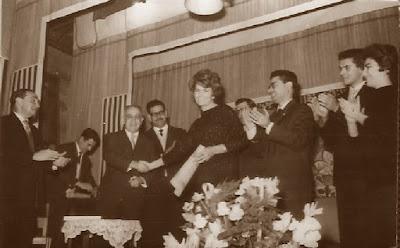 Joaquim Muntaner saludando a Pepita Ferrer, Barcelona 1961