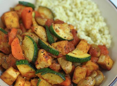 Tofu z warzywami w pomidorowym sosie