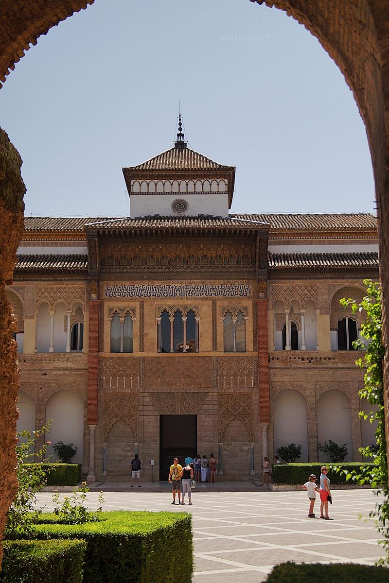 Königspalast Alcázar Sevilla von innen: maurischer Stil, Fassade im Innenhof // Royal Palace Alcázar Seville