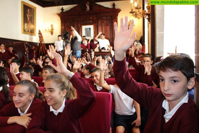 Un centenar de chicos y chicas participaron en el pleno extraordinario del Ayuntamiento de Santa Cruz de La Palma
