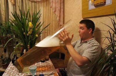 Mann trinkt großes Bier extrem - lustige Bilder