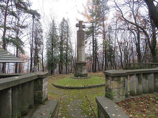 Cmentarz wojenny żołnierzy i partyzantów radzieckich na Jabłońcu.