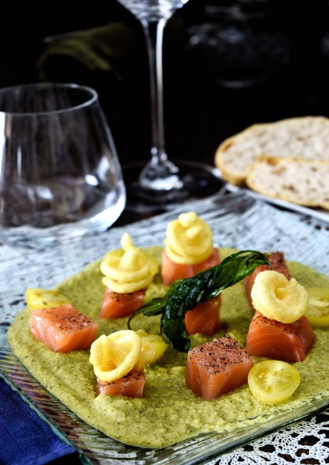 Crema di zucchine al cocco con sashimi di salmone, olio al curry e pasta fritta