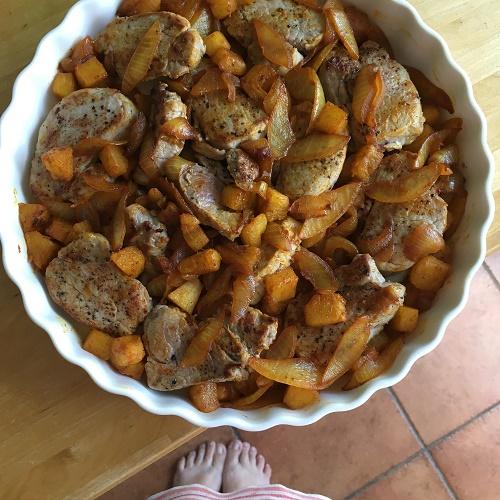 überbackenes Schweinefilet mit Curry-Ananas-Zwiebelgemüse