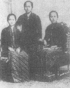 Kartini (tengah) sebagai tokoh pergerakan dan emansipasi wanita.