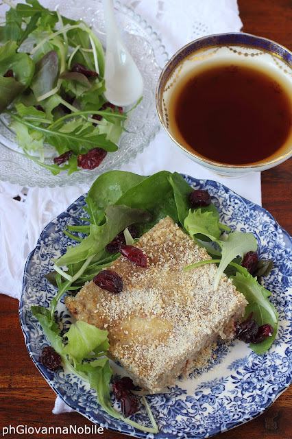 Tortino di carne con prosciutto cotto, fior di latte e uova sode, abbinato a insalata misticanza