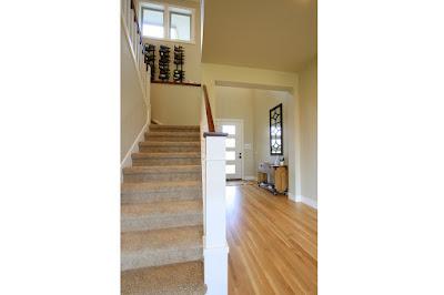 ประตูทางเข้าและบันไดทางขึ้นชั้นบนของบ้าน