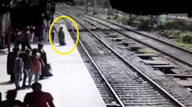 Γυναίκα «φάντασμα» πηδάει σε ράγες τρένου και εξαφανίζεται - VIDEO