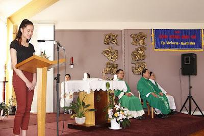 Cách ăn mặc và tư thế đọc Sách Thánh trong Thánh Lễ tại Nguyện Đường Giáo Xứ Holy Child thuộc  Úc Châu