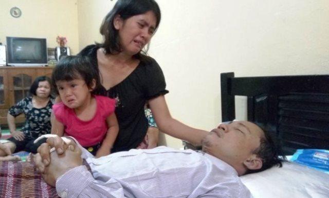 Betty Purba dan anaknya menangis di samping jenazah Ridwan.