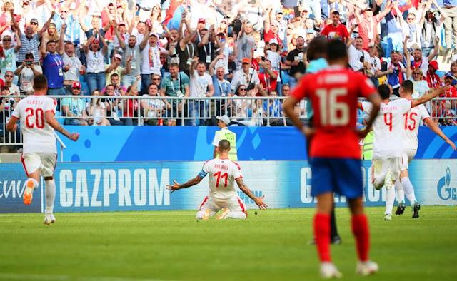 De falta, lateral fez o único gol da partida e garantiu os três primeiros pontos dos europeus no Grupo E