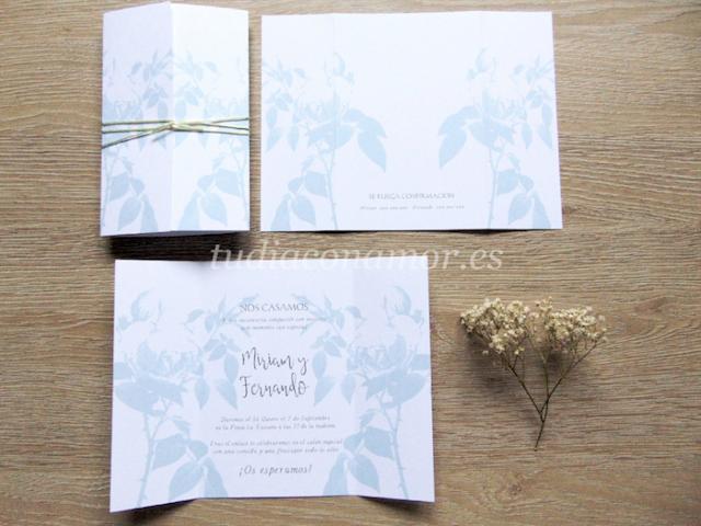 Invitación estilo tarjetón con un aire vintage y flores elegantes