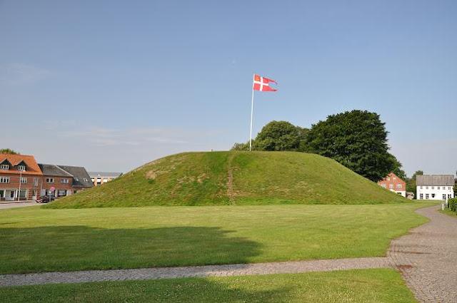 Kurhany wczesnośredniowiecznych władców Danii w Jelling