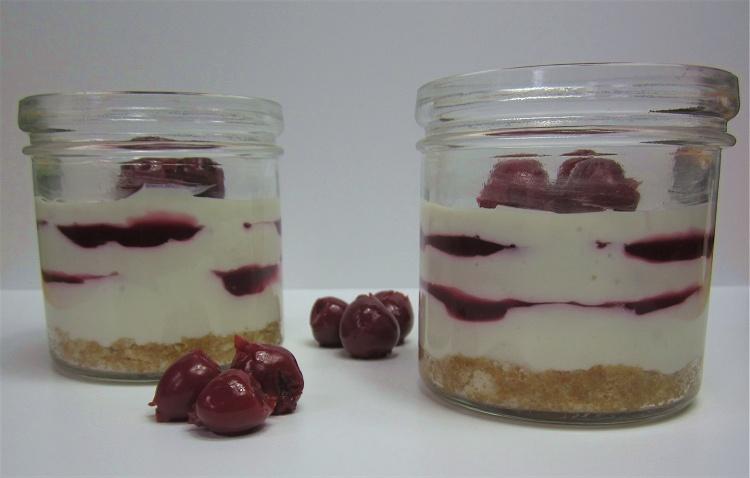 Cheesecake im Glas mit Kirschsauce