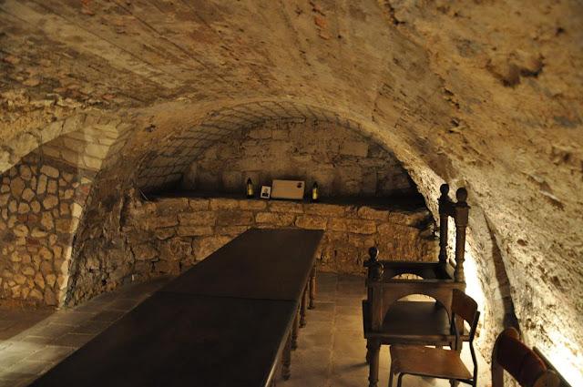Kościół pod wezwaniem Wniebowzięcia NMP w Zawichoście - relikty świątyni z XI w. znajdujące się w podziemiach obecnego kościoła - apsyda