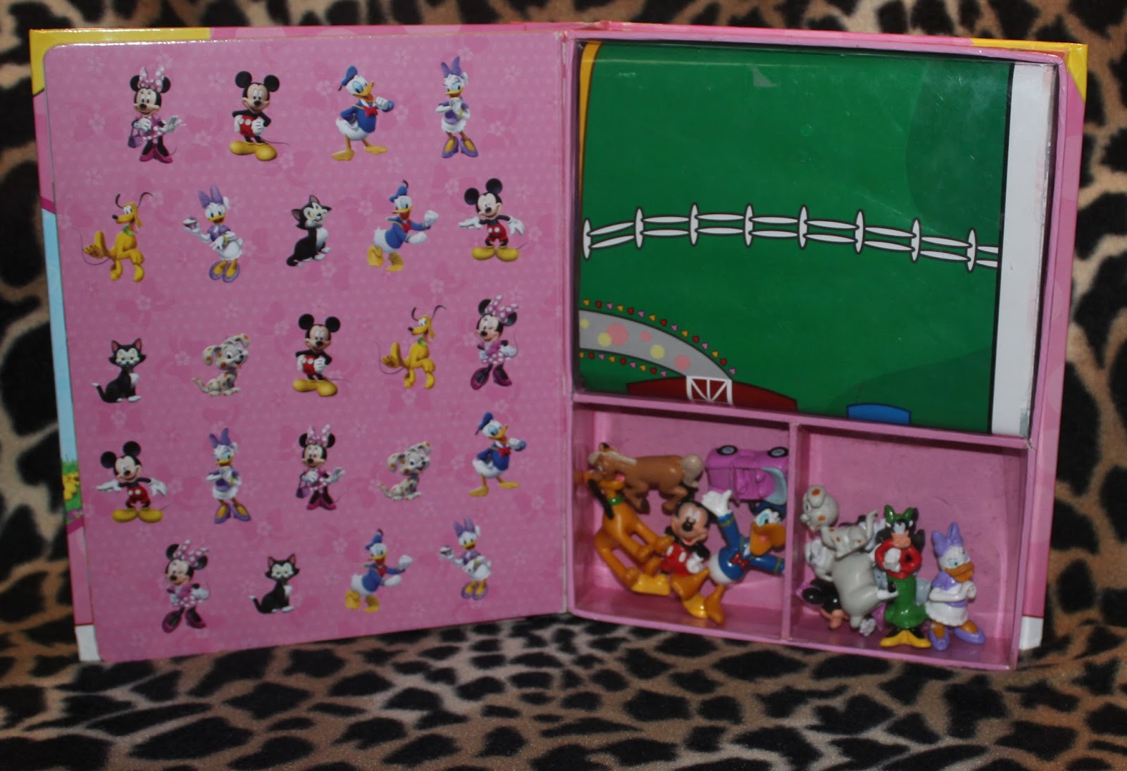 There's one more awesome stuff included, the mickey mouse clubhouse mat map.