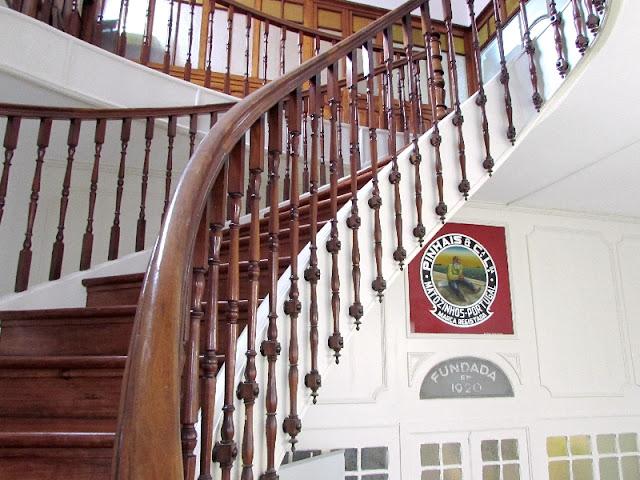 escada em madeira da entrada da fábrica de conservas Conservas Pinhais