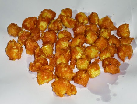 spread baby corn pakoda on an absobent paper.