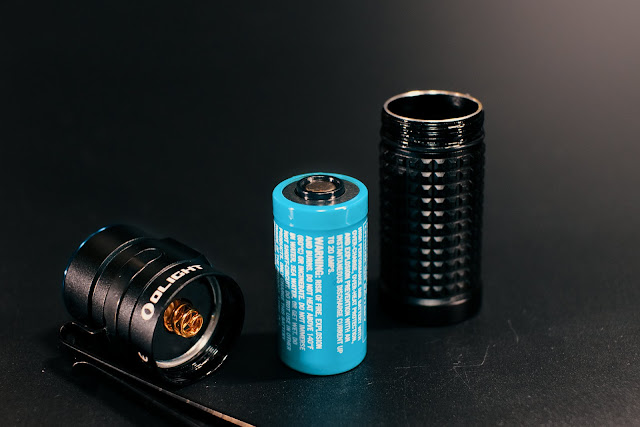 Bateria Olight IMR1634 oraz rozkręcona latarka Olight S1R BatonII