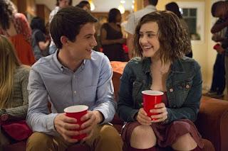 Foto de la serie de Por 13 Razones, cuando Clay y Hannah se ven en la fiesta