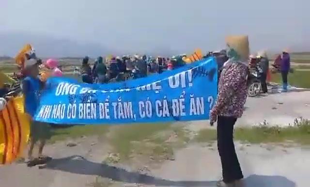 Billedresultat for Bà con ngư dân xã Kỳ Hà, huyện Kỳ Anh, tỉnh Hà Tĩnh mang Cờ Vàng Ba Sọc Đỏ