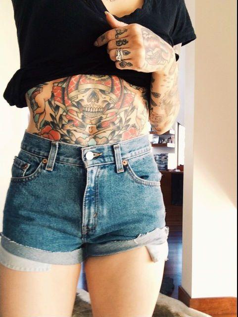 tatuaje en el abdomen para mujeres