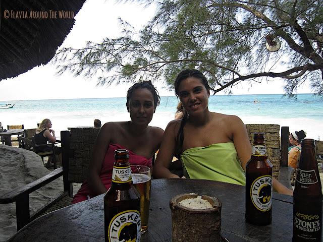 Noe y yo con una buena Tusker en el bar 40 Thieves en Diani Beach, Kenia