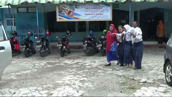 Diduga Kesurupan, Puluhan Siswa SMP 2 Ponorogo Meraung