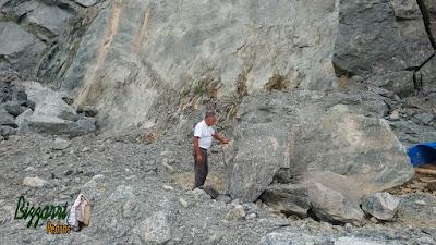 Bizzarri fazendo o que mais gosta, garimpando pedras do tipo ornamentais de várias cores. Pedras para paisagismo, lago de carpas, muro de pedra, pedras para jardim, etc. Gosto de garimpar essa pedra e já imaginar a pedra em cada trabalho com pedra que vou executando.