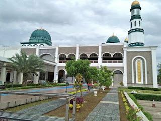 Masjid Megah di Tengah Hutan Pinus