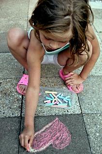 serduszko na chodniku, malowanie kredą