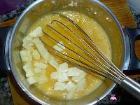 Añadiendo la mantequilla a la mezcla