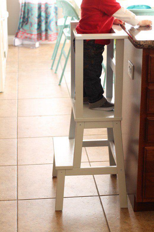 Las torres de aprendizaje fomentan la independencia del niño en la cocina.