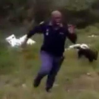 Polisi Ini Lari Ketakutan Setelah Melihat Apa yang Ditemukan Anjing Pelacaknya. Kejadian ini Mendadak Jadi Viral di Internet