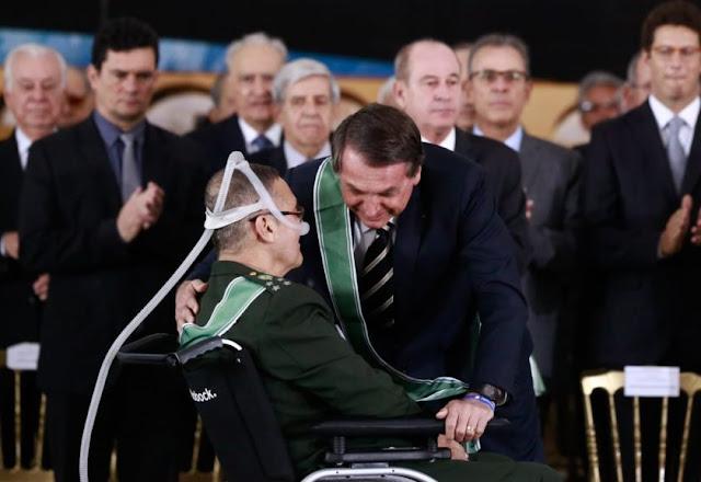 Em lágrimas, Villas Bôas se despede do Exército