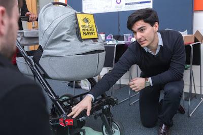 Išmaniojo vežimėlio prototipo kūrėjas demonstruoja jutiklius vežimėlio priekyje