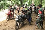 TNI di Aceh Tenggara Bersihkan Material Longsor Yang Menutupi Jalan Penghubung