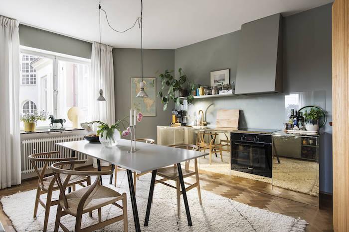 Cocina diáfana con paredes pintadas y muebles de latón
