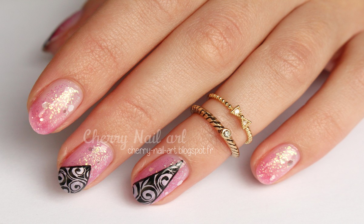 nail art paillettes dégradé transparent et triangles arabesques