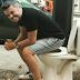 Γιατί κάθισε σε λεκάνη τουαλέτας ο Πέτρος Πολυχρονίδης; (photo)
