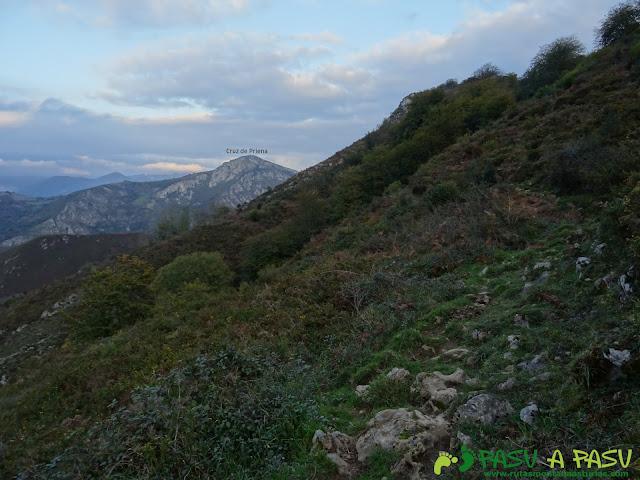Cruz de Priena, vista desde la Ruta de las Peregrinaciones