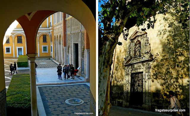 Um pátio do Real Alcázar de Sevilha e a igreja de Nossa Senhora do Amparo