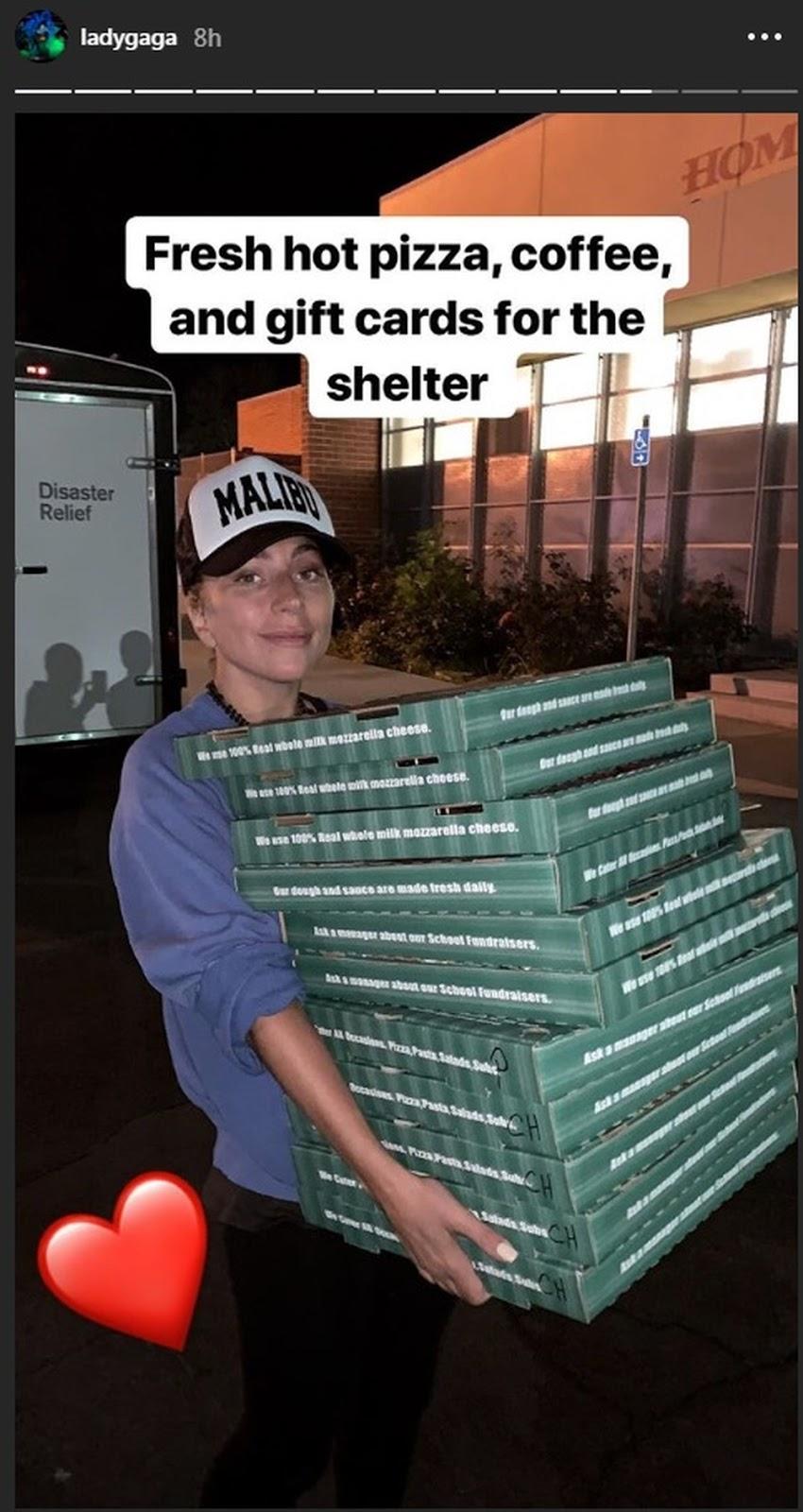 2372c5a8b9 Lady Gaga faz surpresa e entrega pizza em abrigo na Califórnia após ...