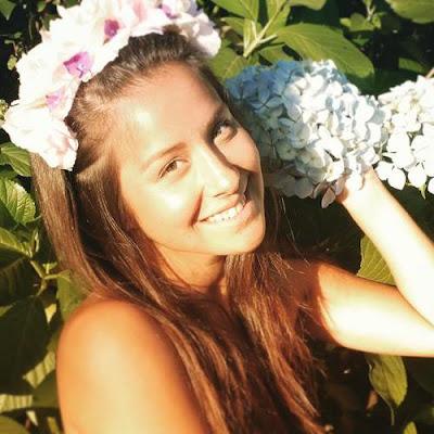 Foto de Denise Rosenthal con corona de flores