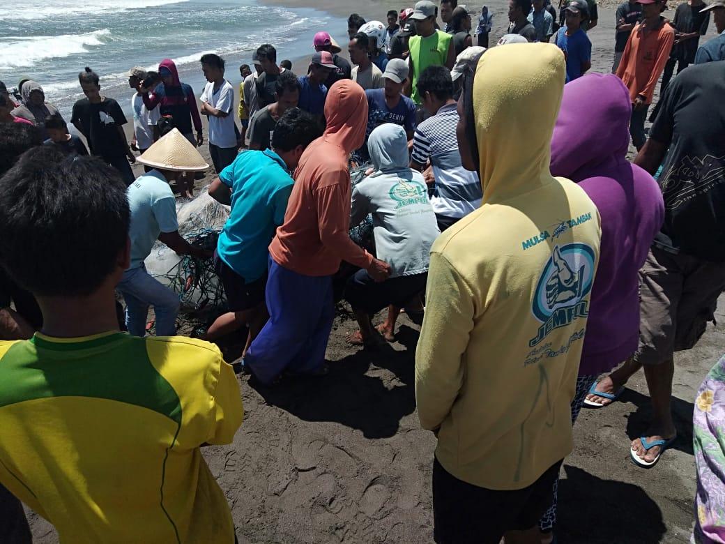 Perahu Dihantam Ombak Hingga Terbalik, Satu Nelayan Petanahan Hilang