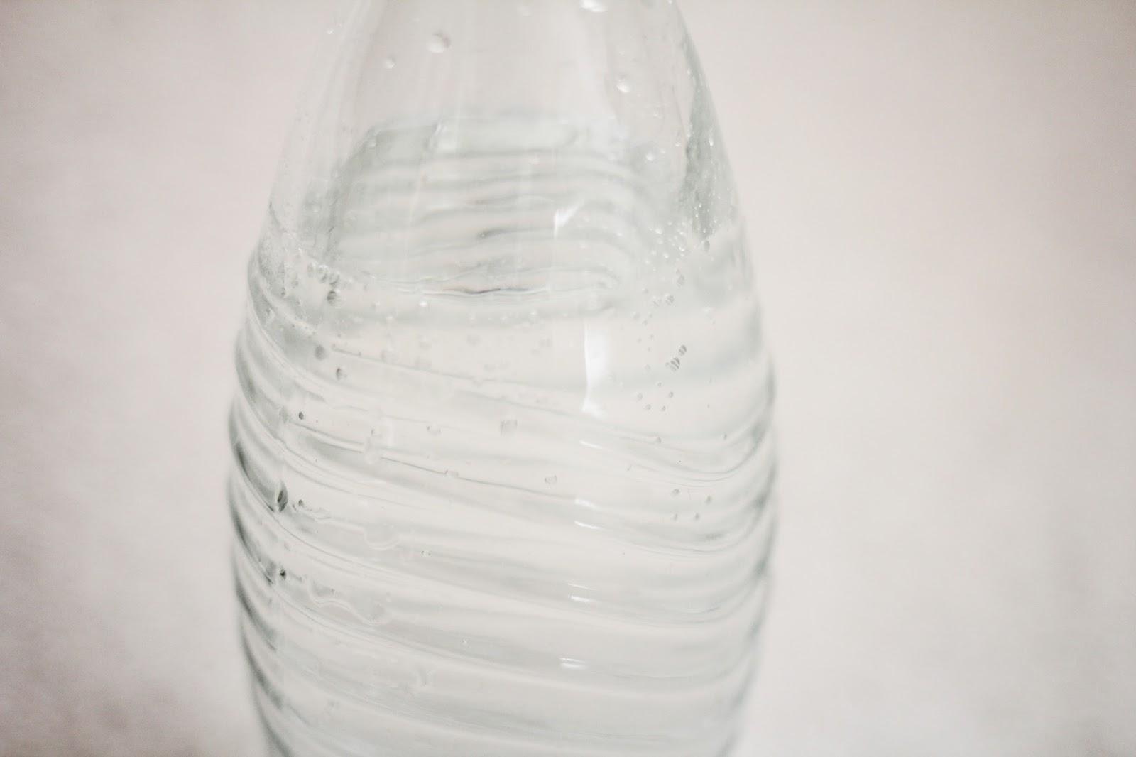 glasflasche wasser trinken