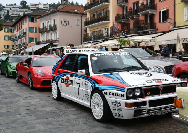roter ferrari- grüner AMG- Rollsroyce undMartini Racing Fahrzeuge parken an der uferpromenade in ascona